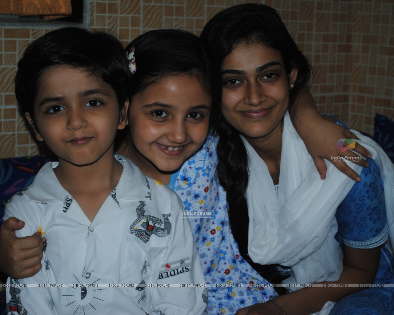 Mrs Megha Vyas with her kids in Na Bole Tum Na Maine Kuch Kaha (178542) size:1280x1024