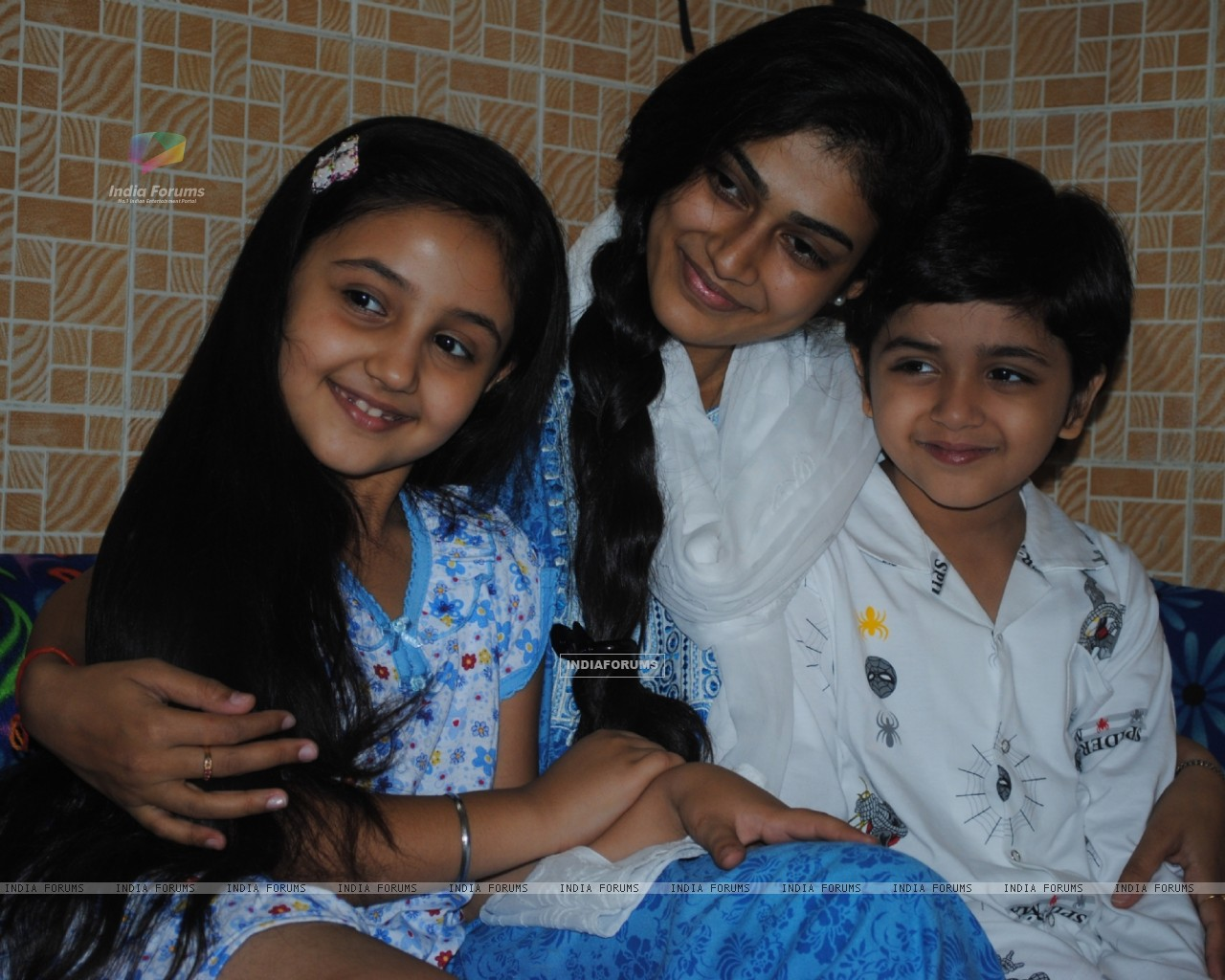 Mrs Megha Vyas with her kids in Na Bole Tum Na Maine Kuch Kaha (178543) size:1280x1024