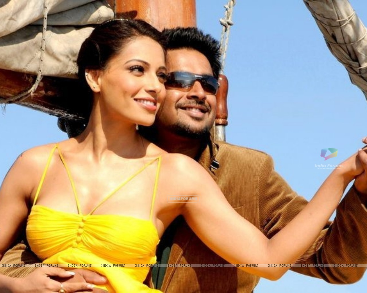 R. Madhavan and Bipasha in the movie Jodi Breakers (178577) size:1280x1024