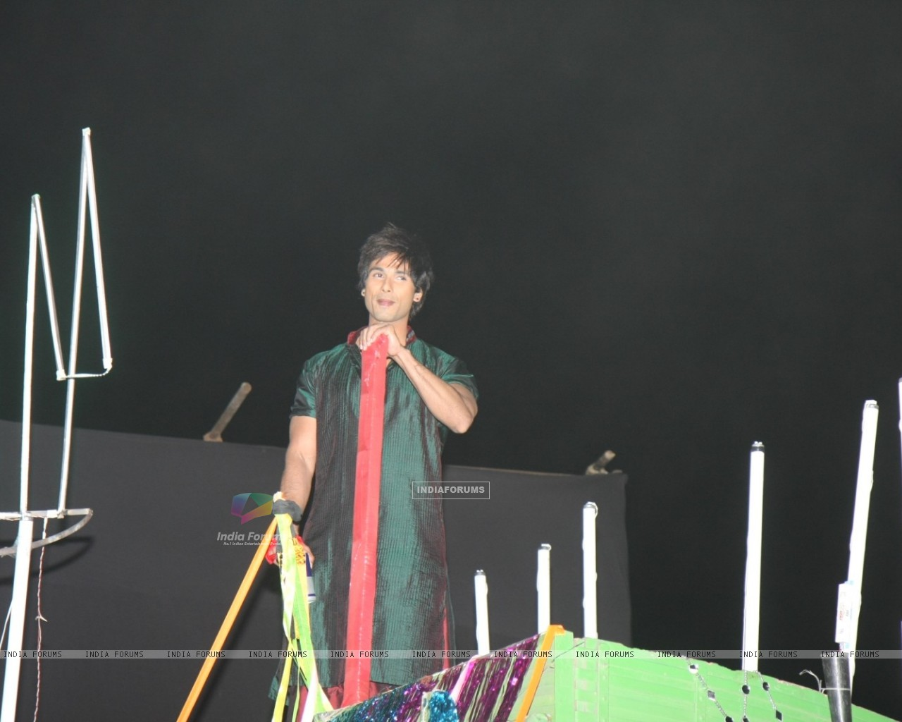 Shahid's dance act on truck at 18th Annual Colors Screen Awards at MMRDA Grounds in Mumbai (179324) size:1280x1024