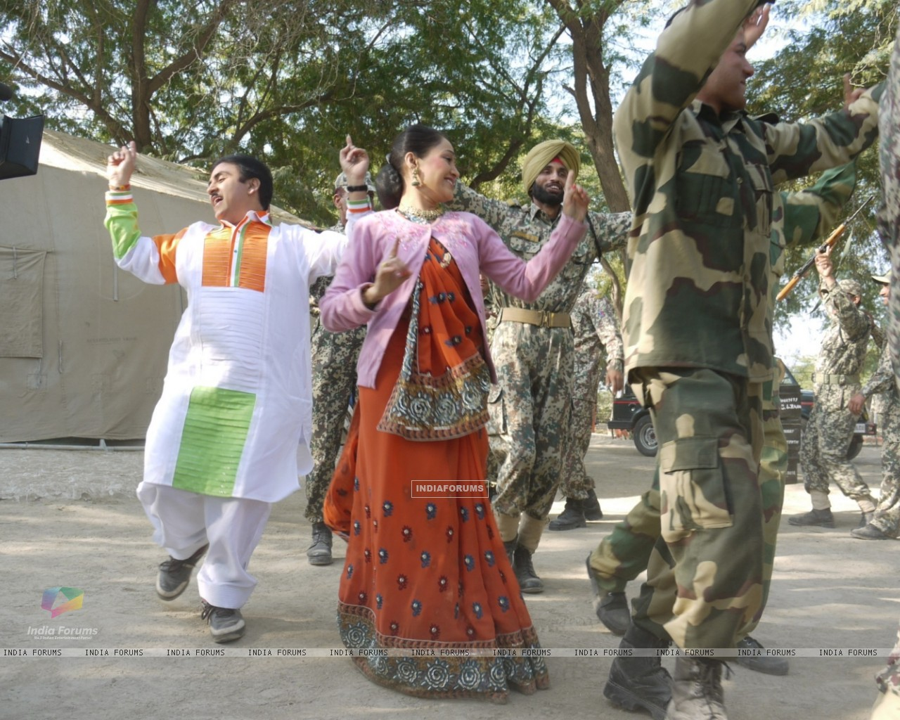 Dilip Joshi & Disha Wakani at Kutch celebrating Republic Day in tv show Taarak Mehta Ka Ooltah Chash (180989) size:1280x1024