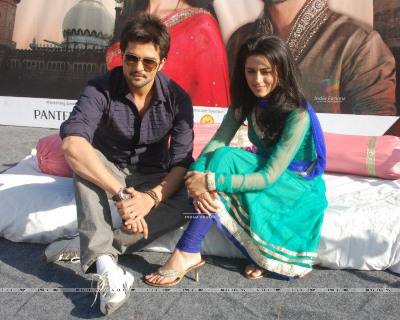 RaQesh Vashisth & Riddhi Dogra Vashisth advertising for Star Parivaar Awards 2012 (184707) size:1280x1024