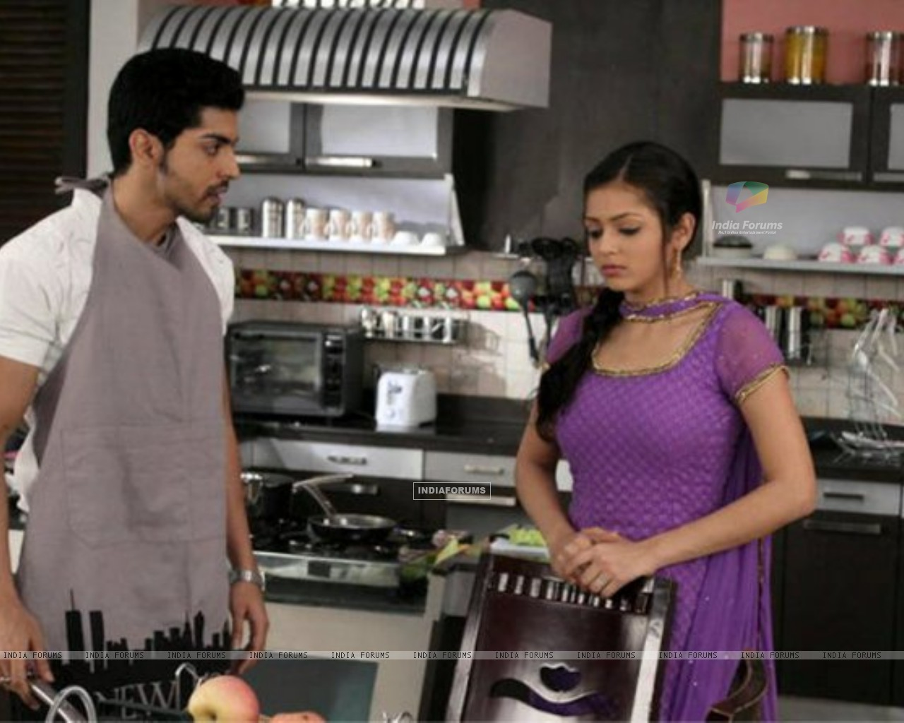 Drashti Dhami as Geet & Gurmeet Choudhary as Maan in Geet Hui Sabse Parayi kitchen scene (186659) size:1280x1024