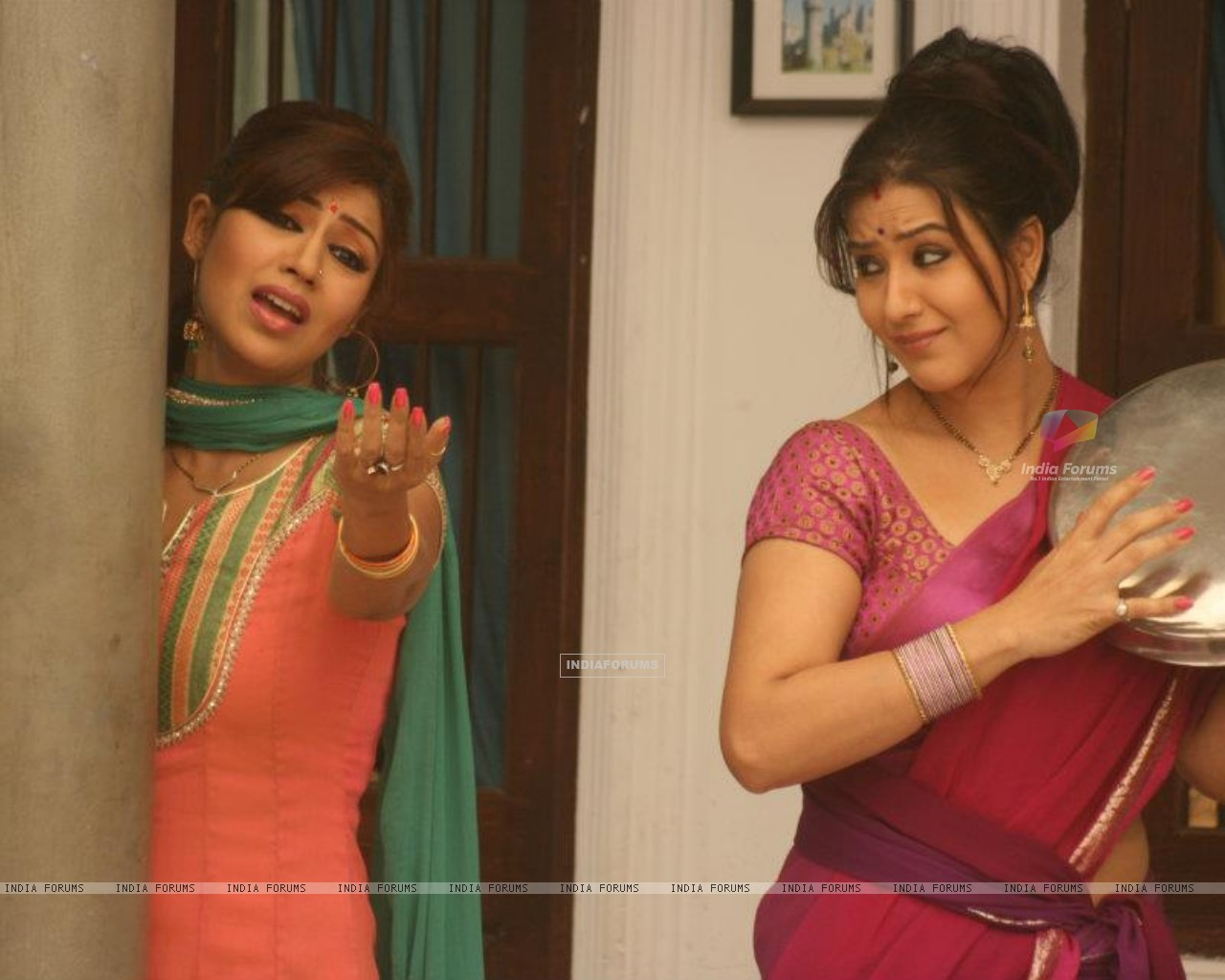 Debina Bonnerjee and Shilpa Shinde in Chidiya Ghar, as Mayuri and Koel Narayan. (187996) size:1280x1024
