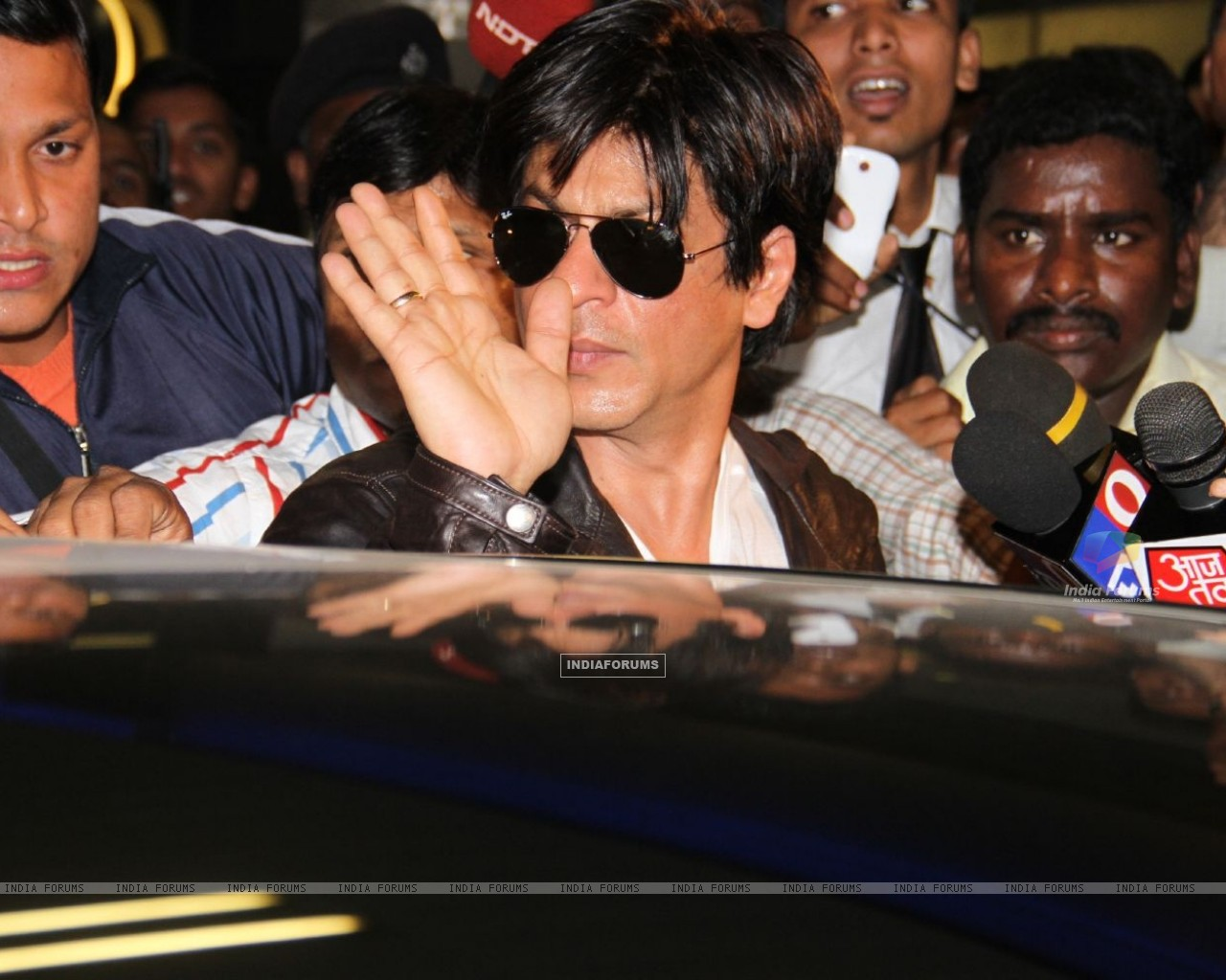 Shahrukh arrived at Mumbai airport from London (190864) size:1280x1024