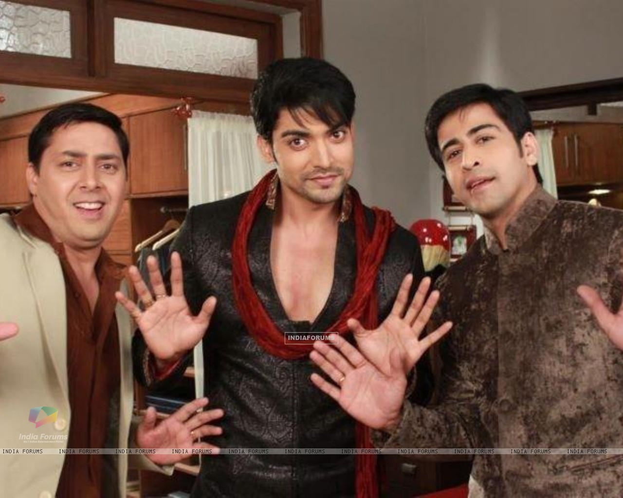 Gurmeeet Choudhary, Dishank Arora and Rakesh Kukreti on sets of punar vivah (195030) size:1280x1024