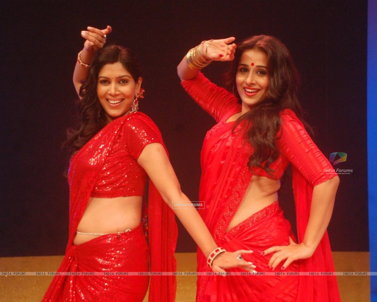 Saakshi Tanwar and Vidya Balan shaking leg on stage (196225) size:1280x1024