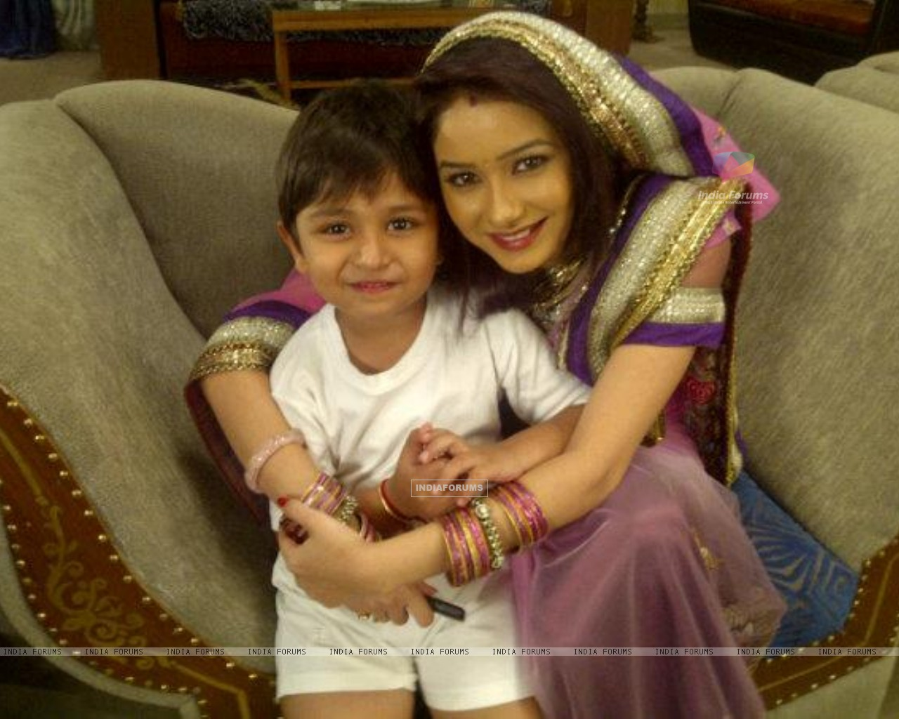 Paridi with Ansh on sets of Punar Vivah (196295) size:1280x1024
