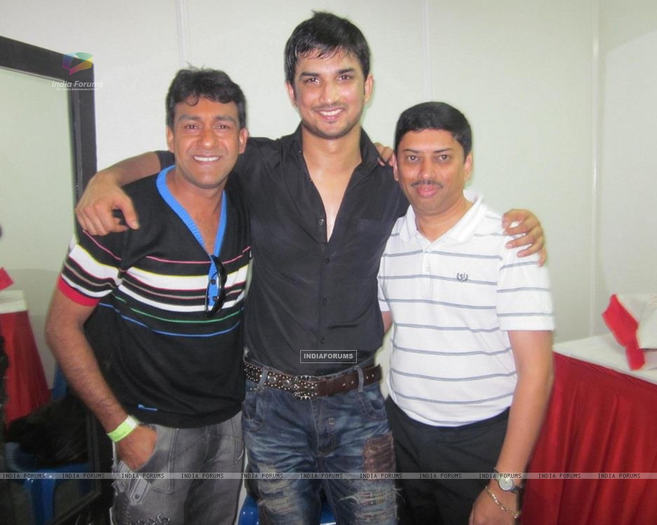 Sushant Singh Rajput With Event Managers At Bengluru Ganesh Utsav (197605) size:1280x1024