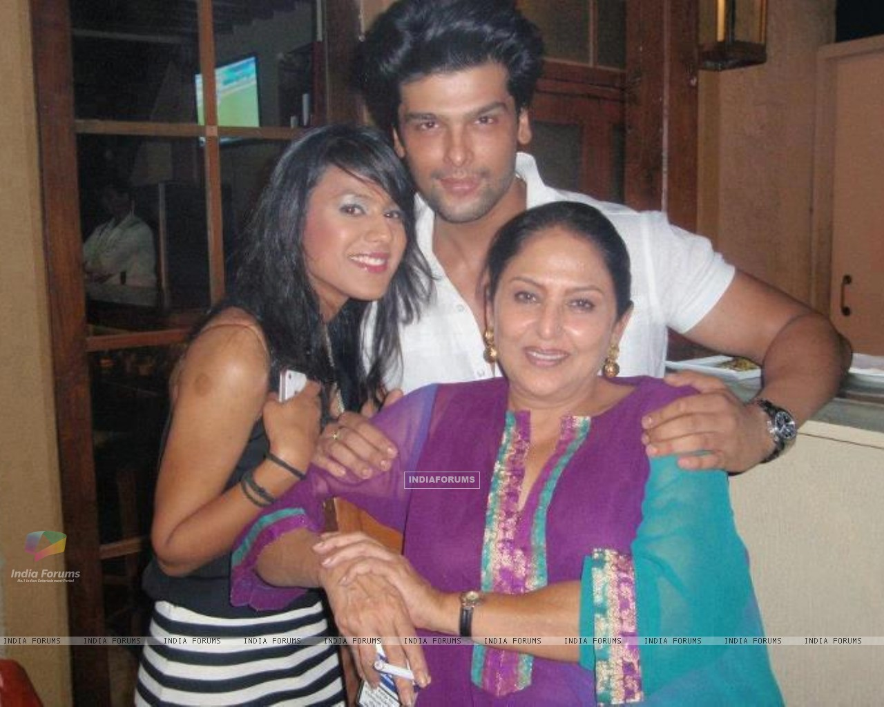 Kushal Tandon, Nia Sharma and Anju (197975) size:1280x1024