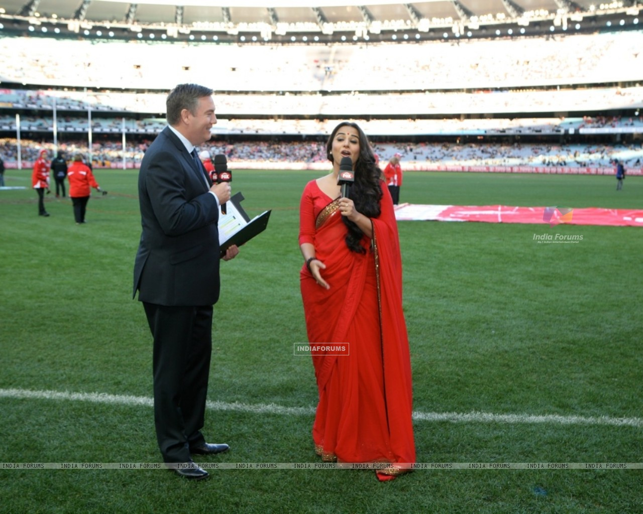 Vidya Balan with Eddie McGuire at the Melbourne Cricket Ground (198413) size:1280x1024