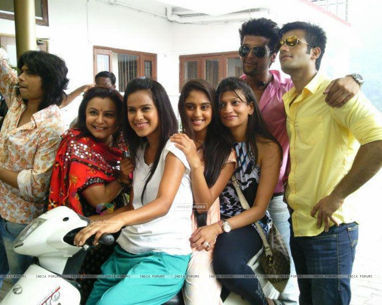 Kushal, Nia, Karan and Krystle with team (199617) size:1280x1024