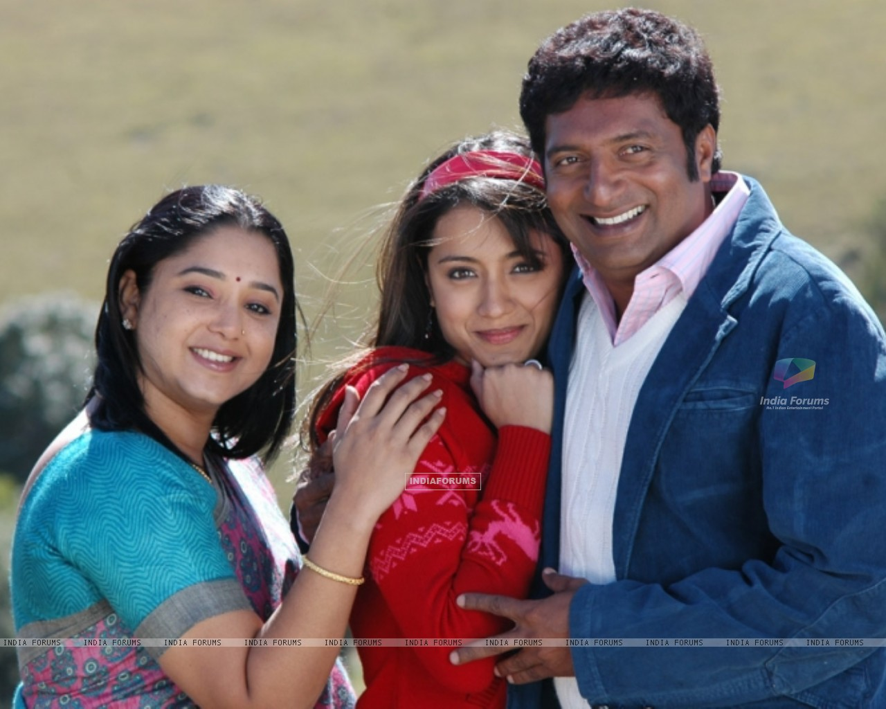 Aishwarya with Trisha and Prakash Raj during the movie Abhiyum Naanum. (200098) size:1280x1024