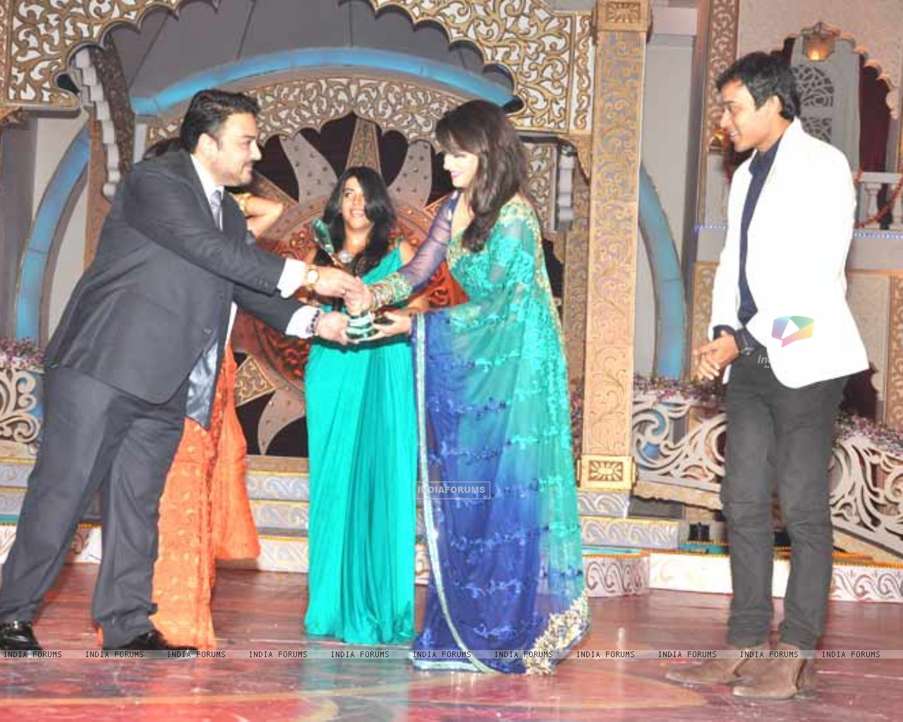 Ankita Lokhande, Ekta Kapoor, Anurag Sharma Receiving Gr8 Ensemble Cast Award For Pavitra Rishta At Indian Television Awards (200766) size:1280x1024