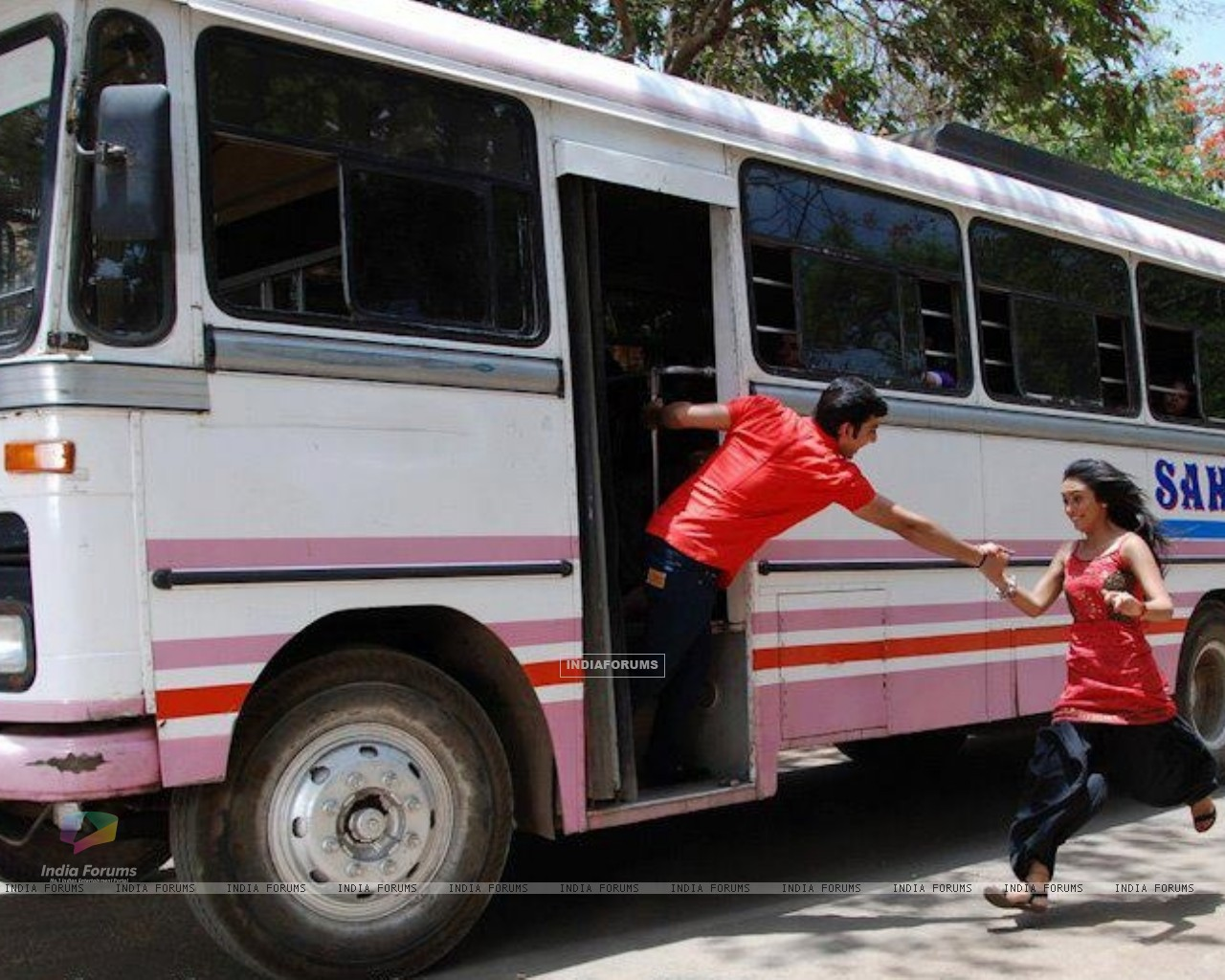 Himansh giving hand to Abigail to get into the bus (202523) size:1280x1024