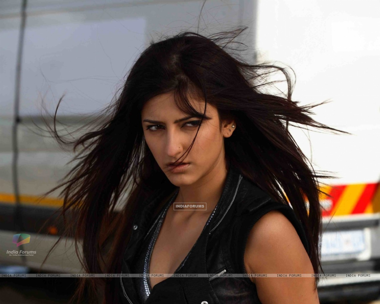 shruti hassan looking angry - wallpaper (size:1280x1024)