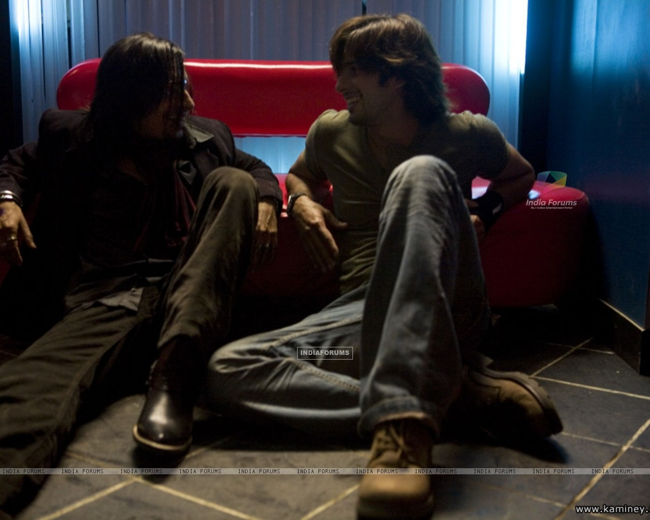 Shahid Kapoor talking to a man (20351) size:1280x1024