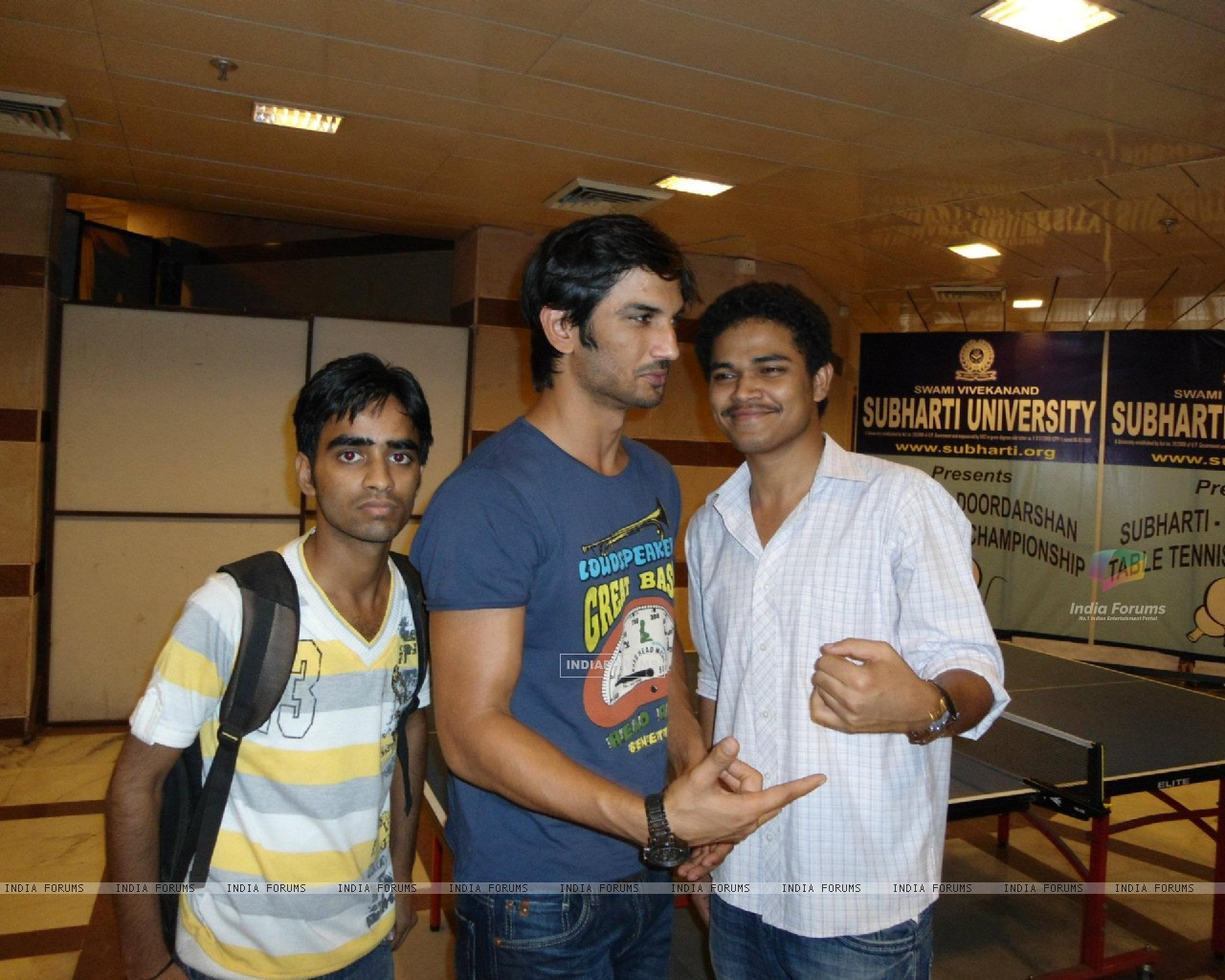 Sushant Singh Rajput With Fans At Subharti University (205732) size:1280x1024