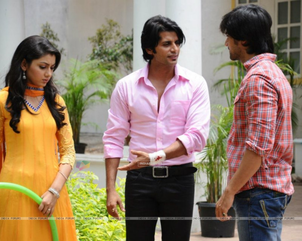 Harshad Chopra, Karanvir Bohra and Sriti Jha (208527) size:1280x1024