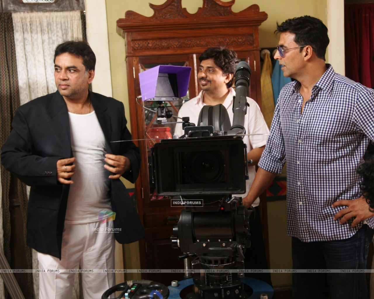 Akshay Kumar and Paresh Rawal on the sets of movie OMG! Oh My God (212084) size:1280x1024
