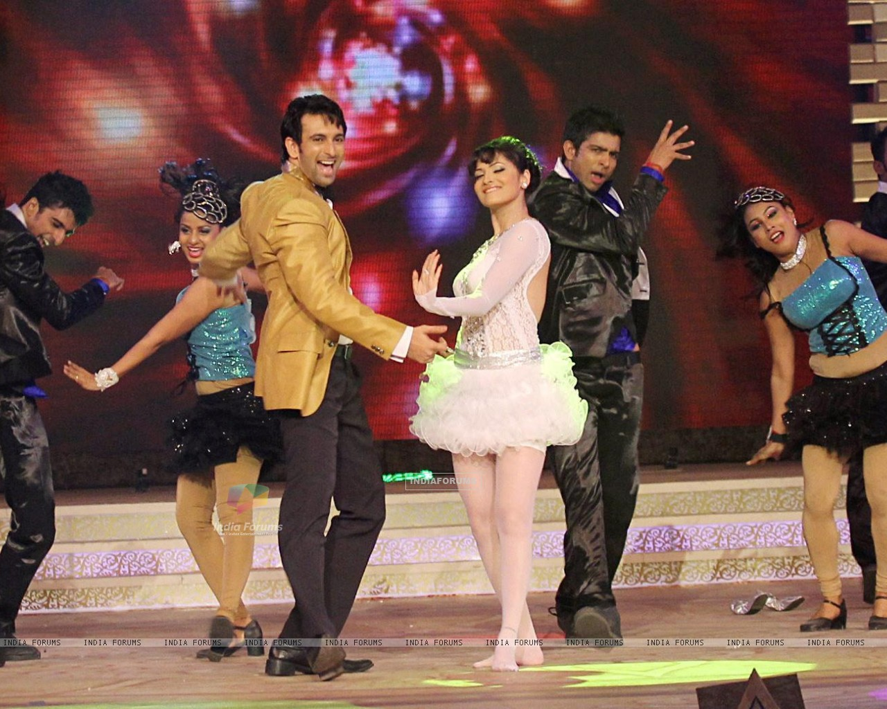 Ankita Lokhande and Nandish Sandhu performing at Gold Awards (220087) size:1280x1024