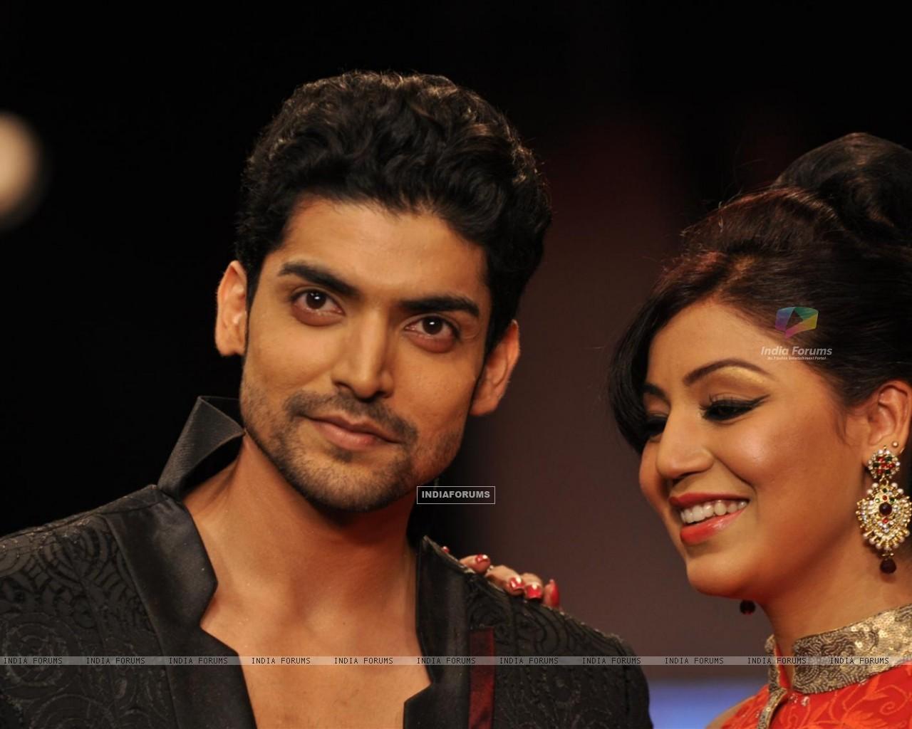 Gurmeet Choudhary and Debina Bonnerjee on ramp at the Beti show by Vikram Phadnis at IIJW 2012 (220951) size:1280x1024