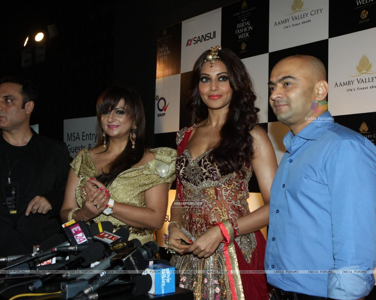 Bipasha Basu walks the ramp for Anjalee and Arjun Kapoor at Bridal Fashion Week (225893) size:1280x1024