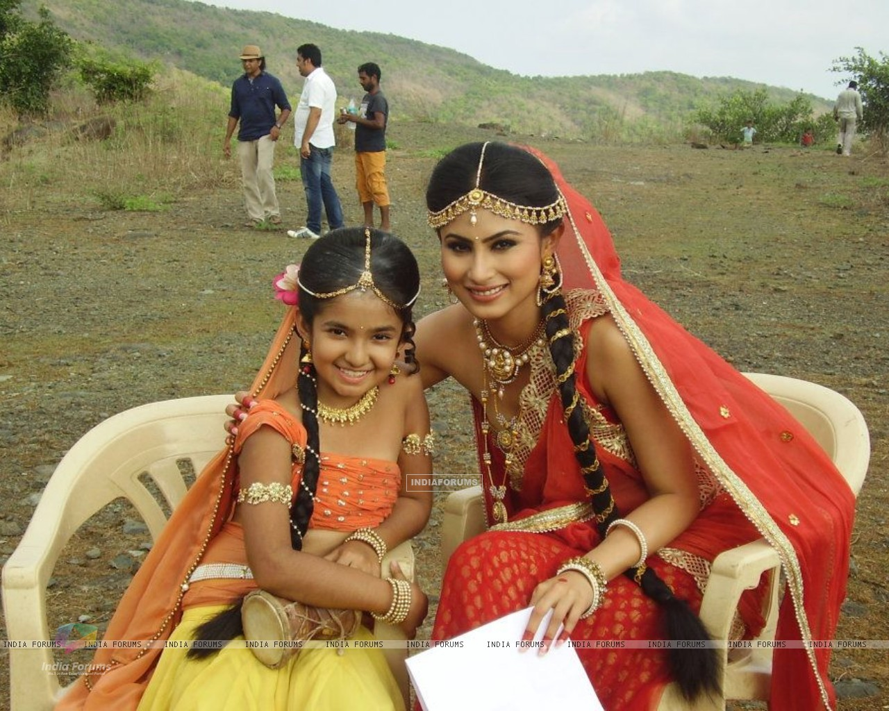 Anushka Sen and Mouni Roy (228105) size:1280x1024