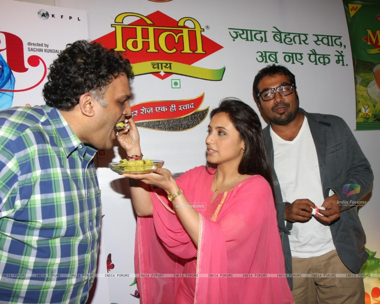 Bollywood actress Rani Mukherji with Director Anurag Kashyap promoting Aiyyaa with Chaha Poha (Tea and Maharashtrian Snack Poha) at Wagh Bakri Tea Lounge in Mumbai (230476) size:1280x1024