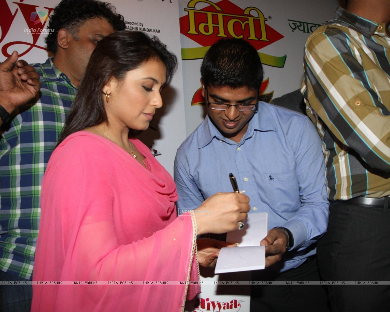 Bollywood actress Rani Mukherji with Director Anurag Kashyap promoting Aiyyaa with Chaha Poha (Tea and Maharashtrian Snack Poha) at Wagh Bakri Tea Lounge in Mumbai (230483) size:1280x1024