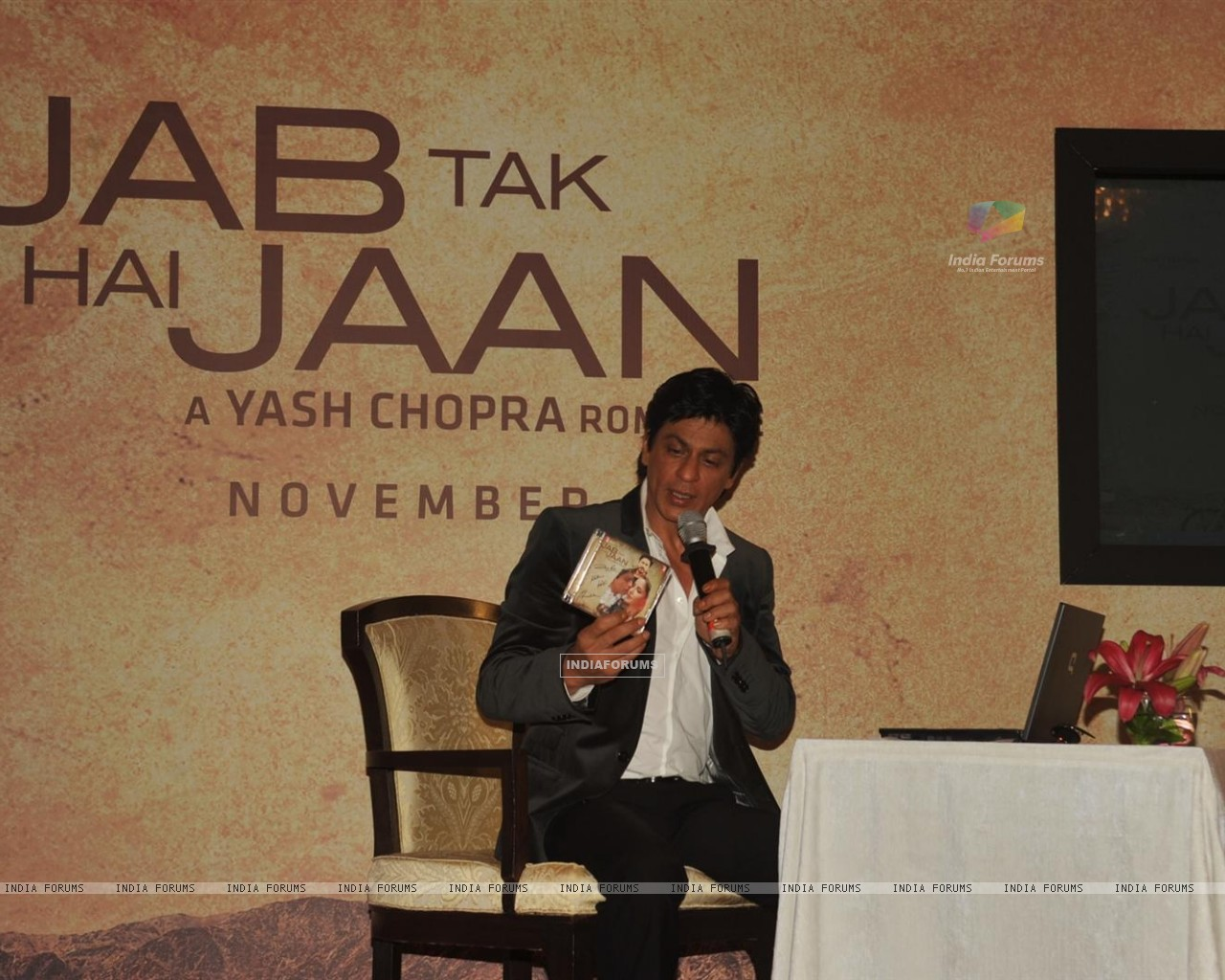 Shah Rukh Khan in video conferencing with Katrina Kaif launches song of film Jab Tak Hai Jaan (230961) size:1280x1024