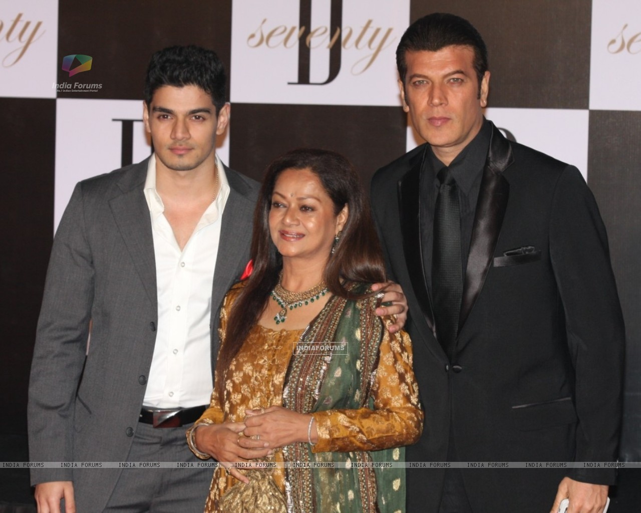 Aditya Pancholi with wife Zarina Wahab & son Suraj Pancholi at Amitabh Bachchan 70th Birthday Party (231386) size:1280x1024