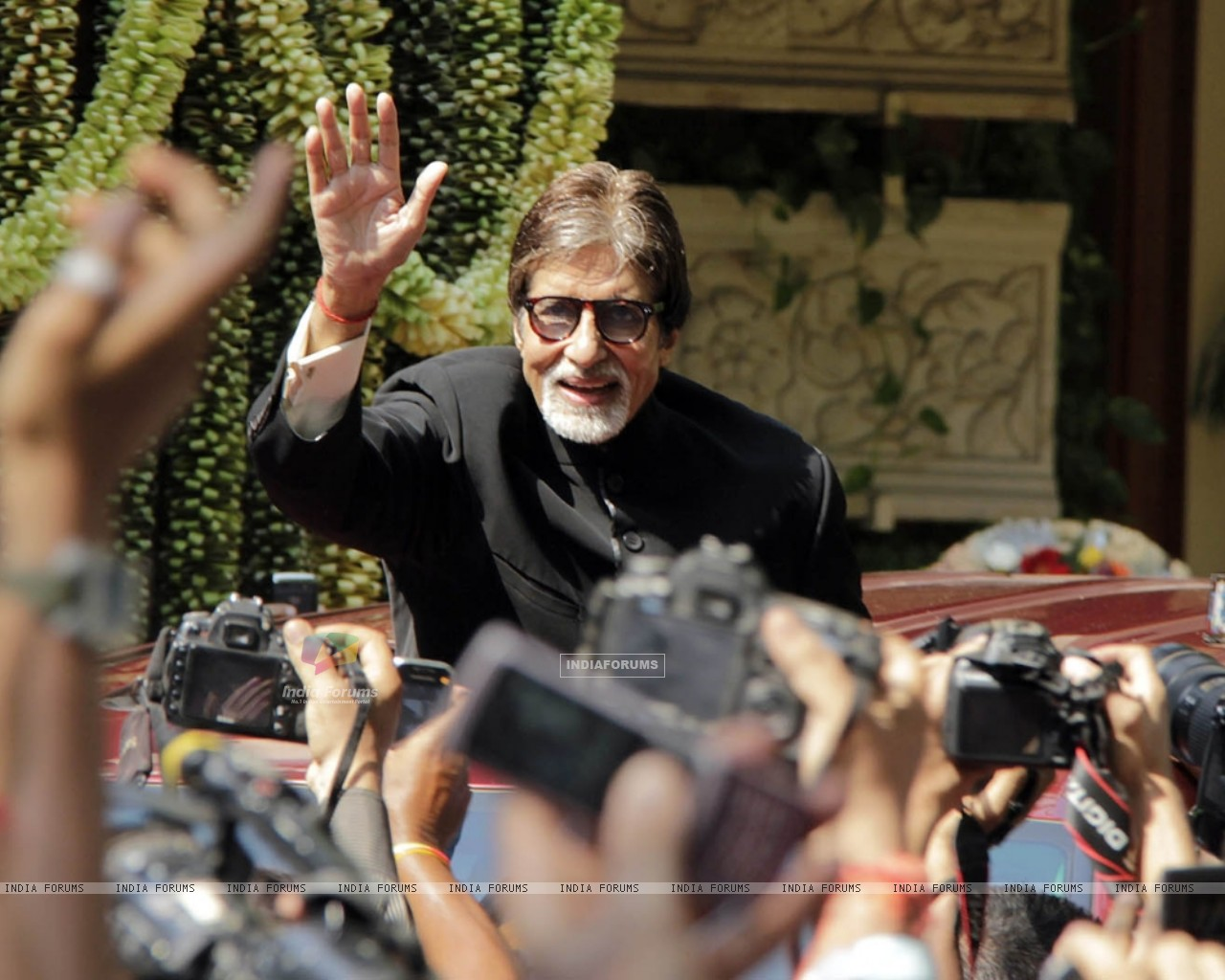 Amitabh Bachchan celebrates his 70th Birthday with the media (231599) size:1280x1024