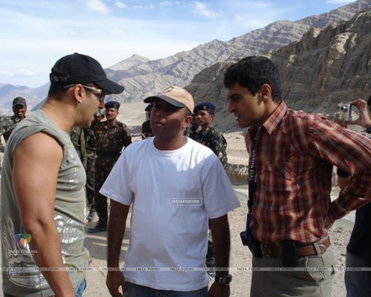 Mohnish Bahl with Salman Khan (231928) size:1280x1024