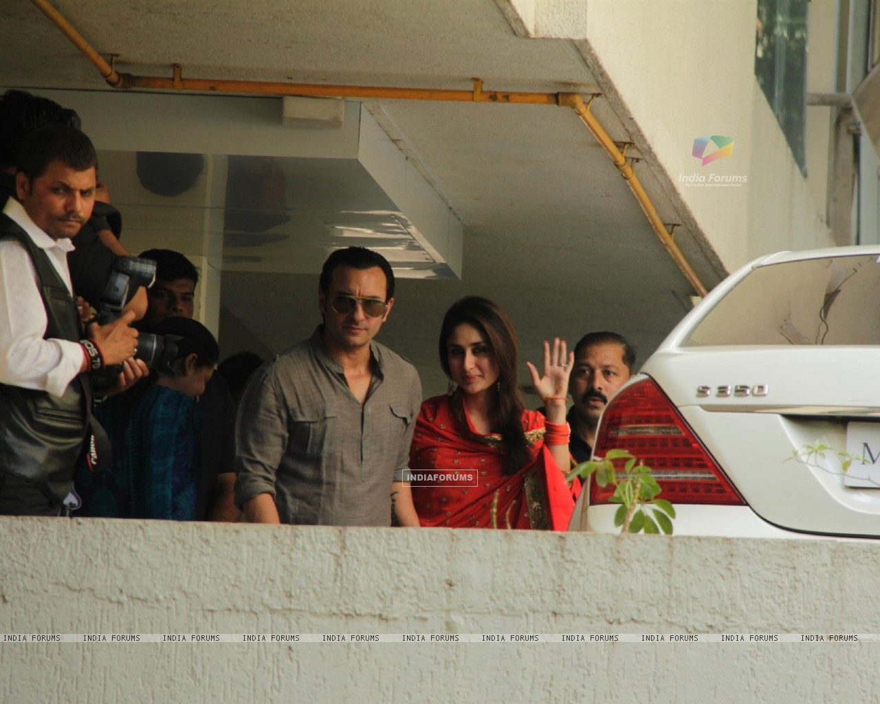 Saif Ali Khan with wife Kareena Kapoor gestures after their marriage (232785) size:1280x1024