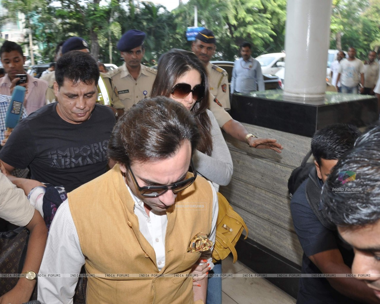 Bollywood actors Saif Ali with wife Kareena Kapoor leave for delhi (233152) size:1280x1024