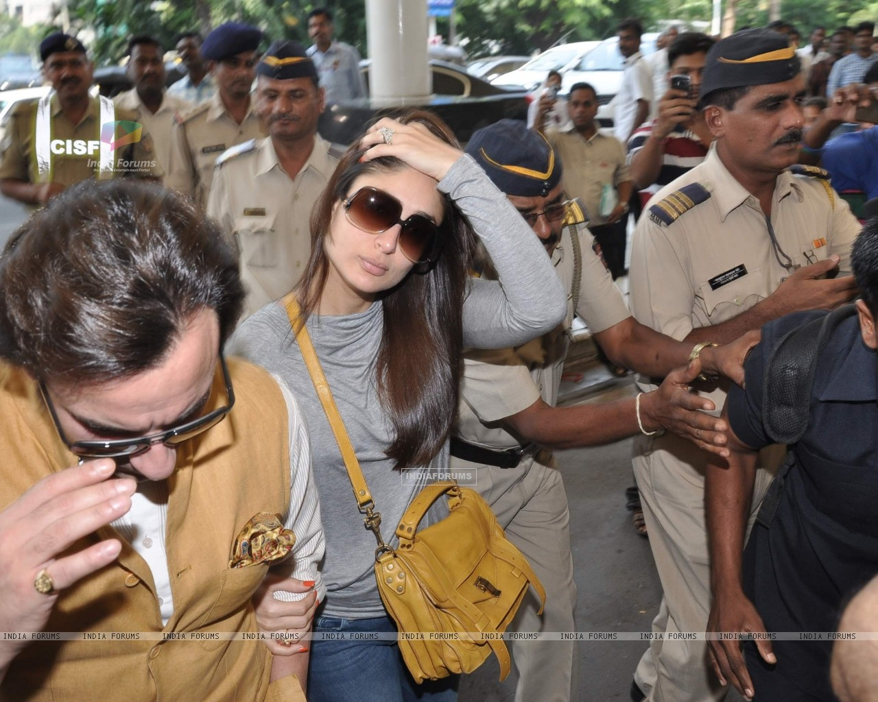 Bollywood actors Saif Ali with wife Kareena Kapoor leave for delhi (233153) size:1280x1024