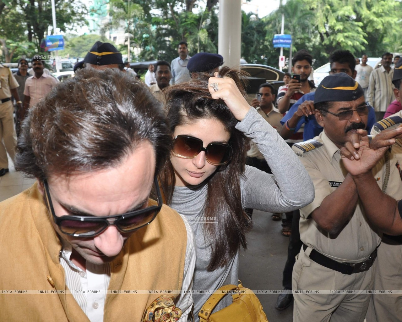 Bollywood actors Saif Ali with wife Kareena Kapoor leave for delhi (233154) size:1280x1024