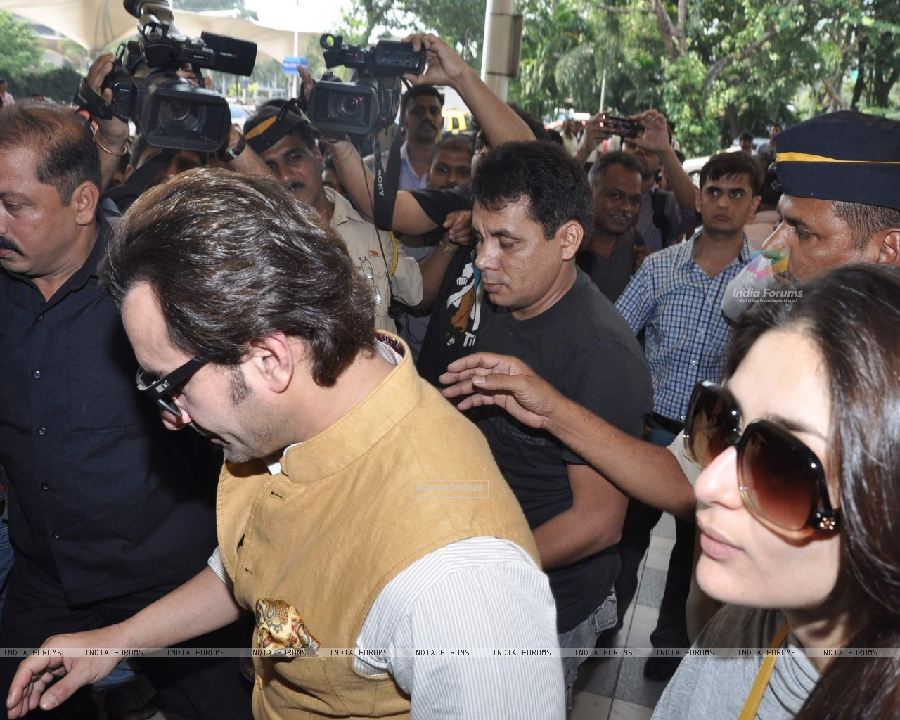 Bollywood actors Saif Ali with wife Kareena Kapoor leave for delhi (233157) size:1280x1024