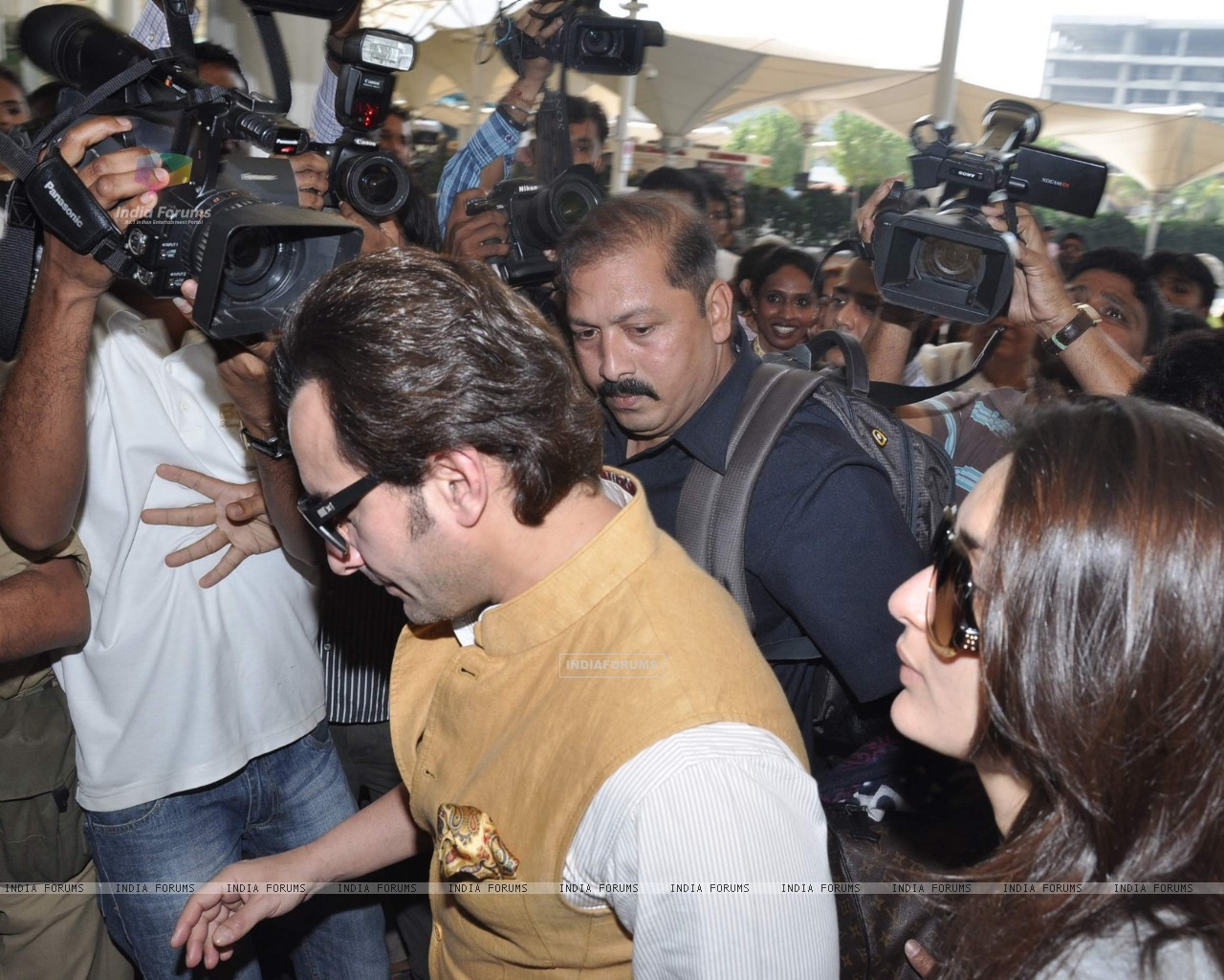 Bollywood actors Saif Ali with wife Kareena Kapoor leave for delhi (233158) size:1280x1024