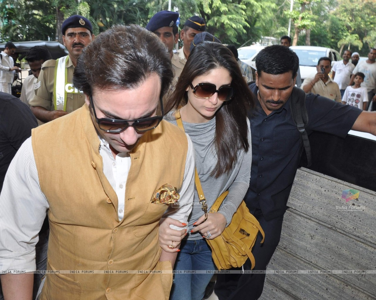 Bollywood actors Saif Ali with wife Kareena Kapoor leave for delhi (233178) size:1280x1024