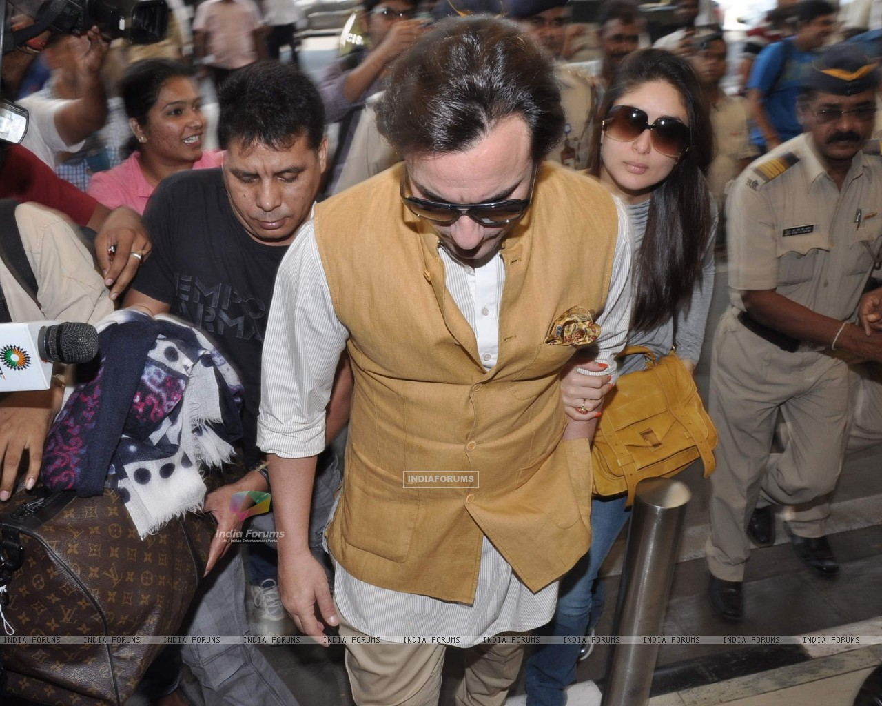 Bollywood actors Saif Ali with wife Kareena Kapoor leave for delhi (233179) size:1280x1024