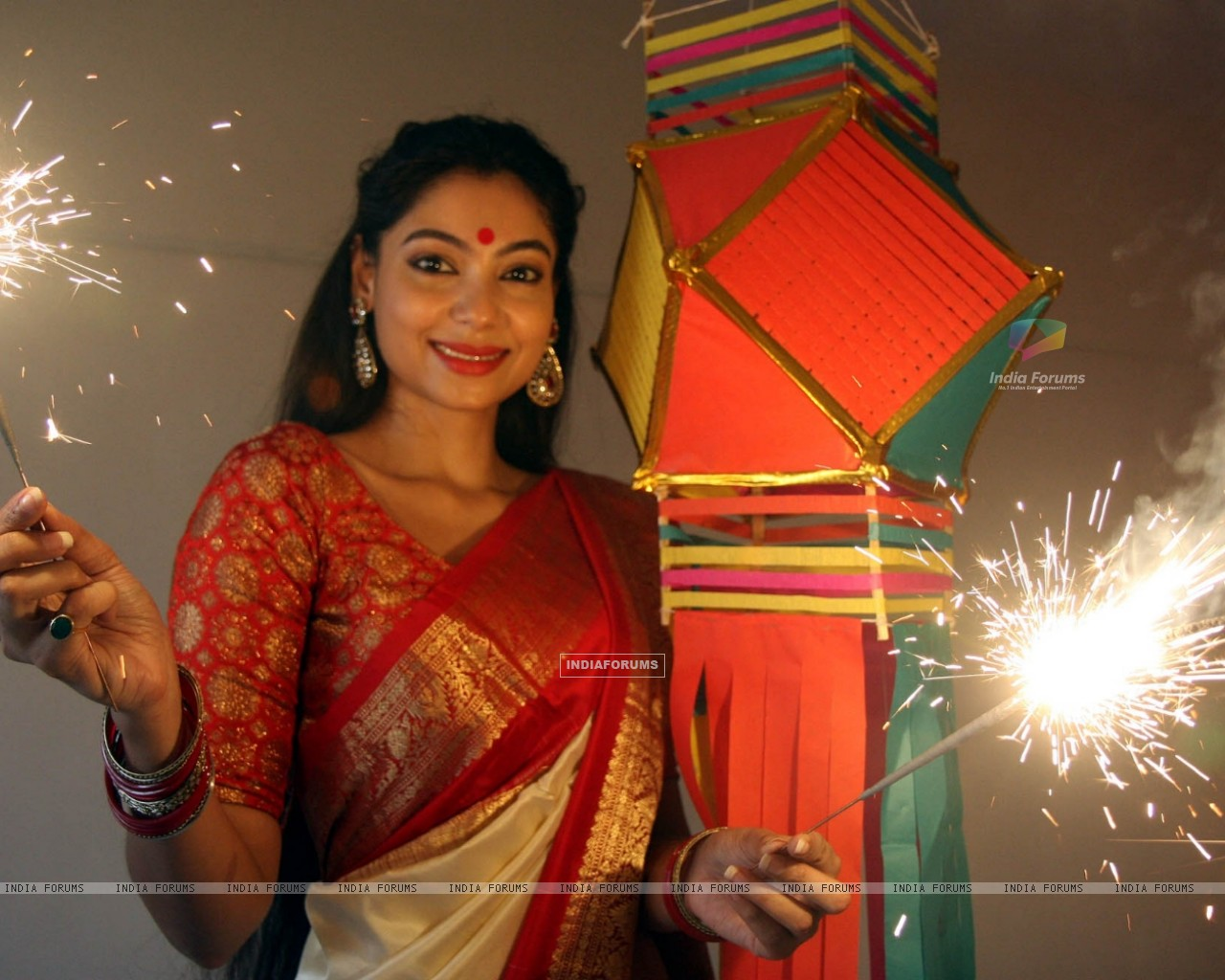 Anangsha Biswas special photo shoot of Diwali celebrations with fire crackers in Mumbai (239066) size:1280x1024