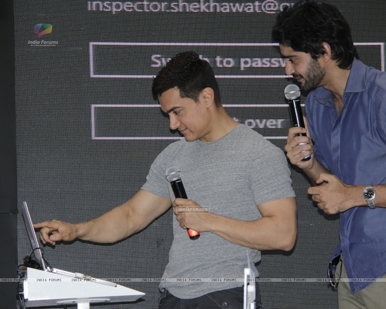 Aamir Khan and Gaurav Kapoor promotes film Talaash with Microsoft Windows 8 (239088) size:1280x1024