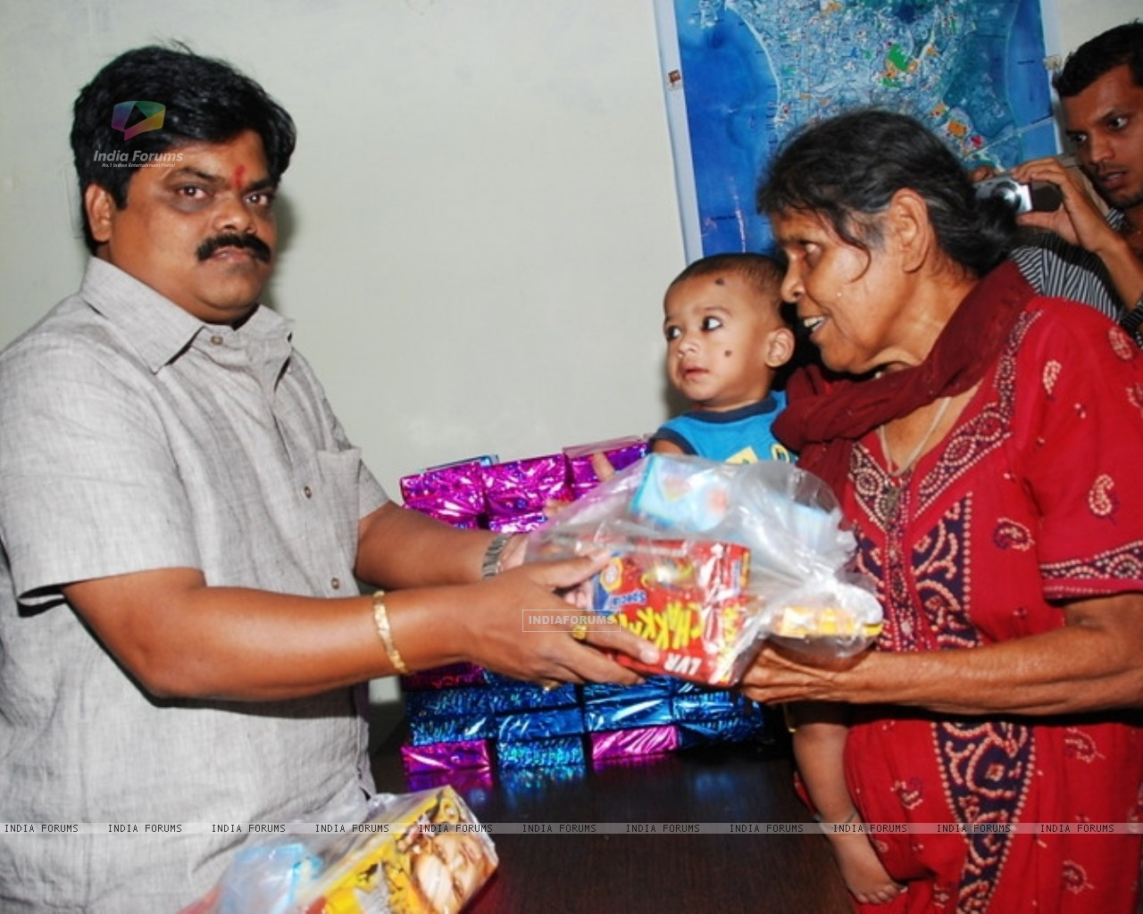 Shankar Nangre distributing Sweets and Fire Crackers to the underprivileged children (239593) size:1280x1024