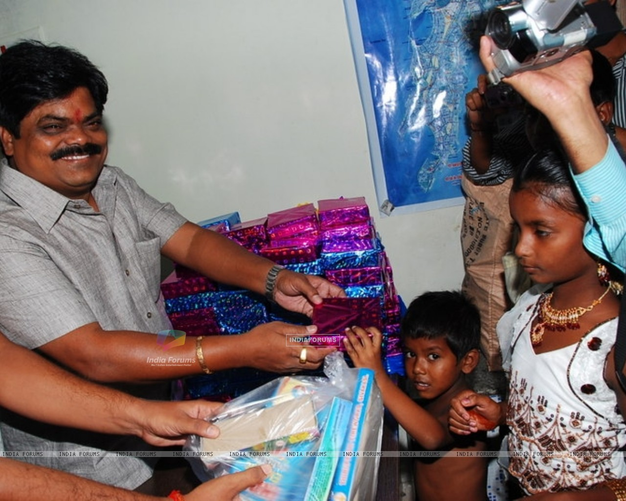 Shankar Nangre distributing Sweets and Fire Crackers to the underprivileged children (239599) size:1280x1024