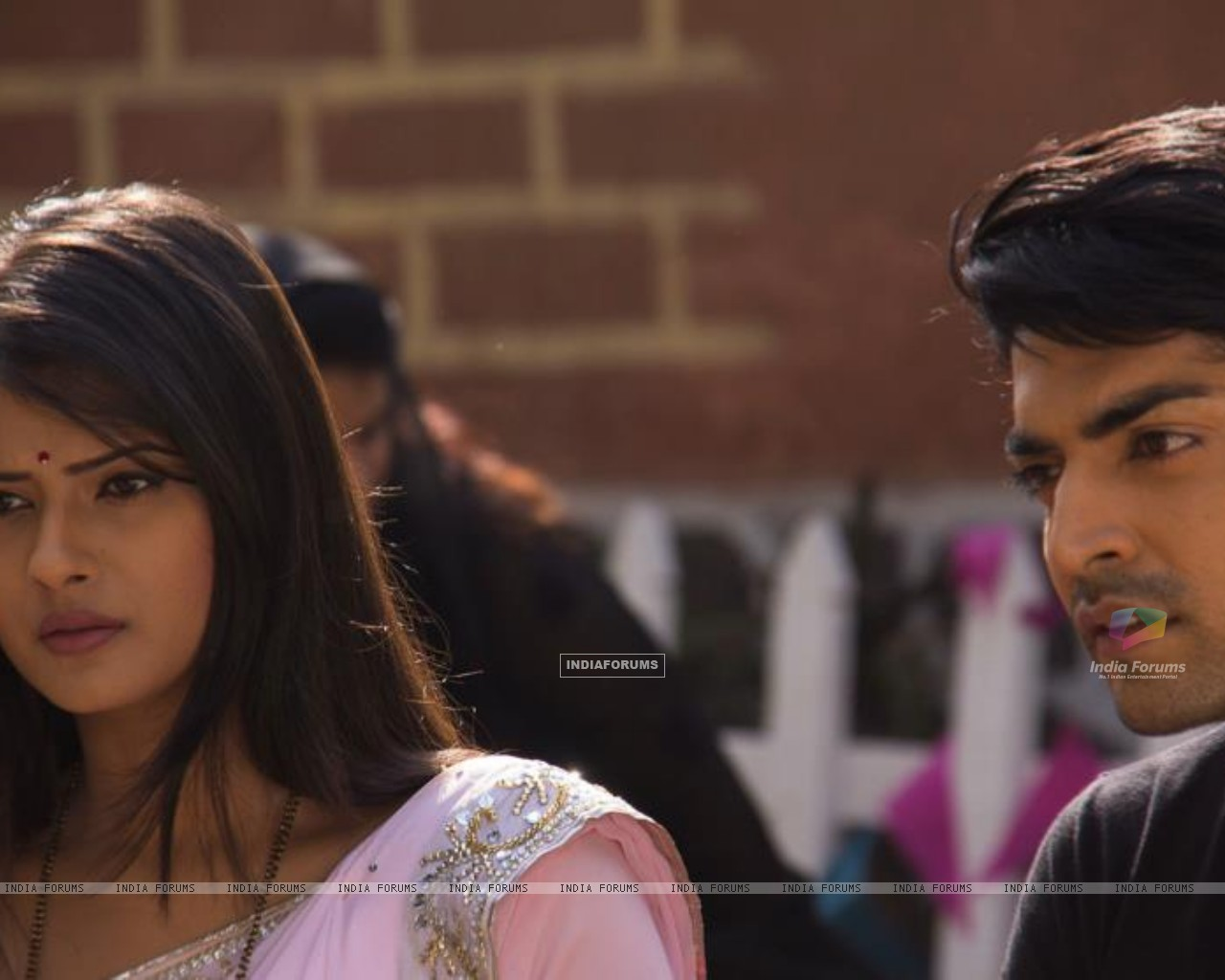 Gurmeet and Kratika on sets during Punar Vivah outdoor shoot (255627) size:1280x1024