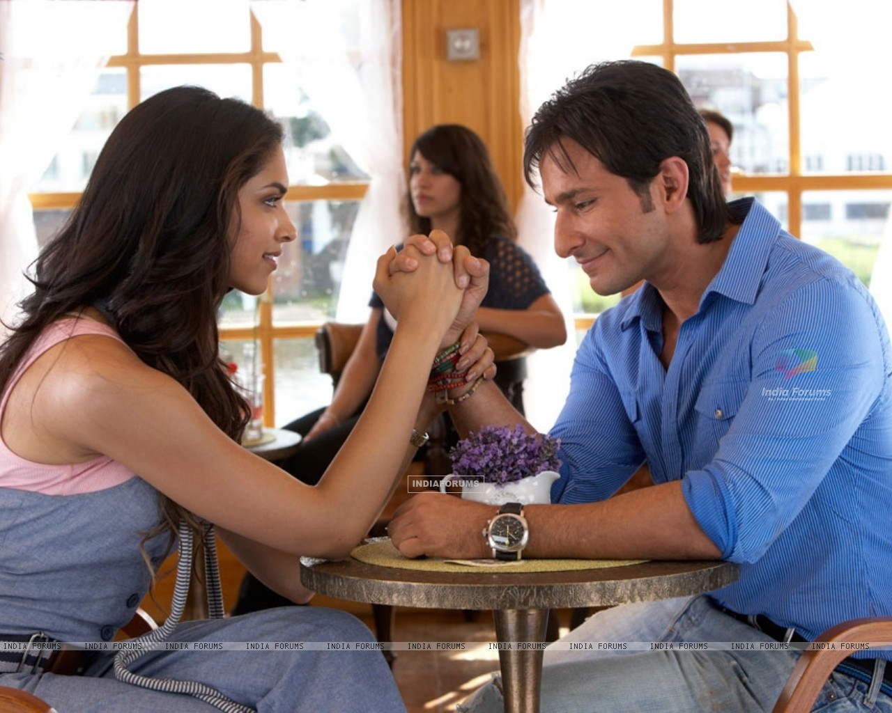 Saif and Deepika talking to each other (31354) size:1280x1024
