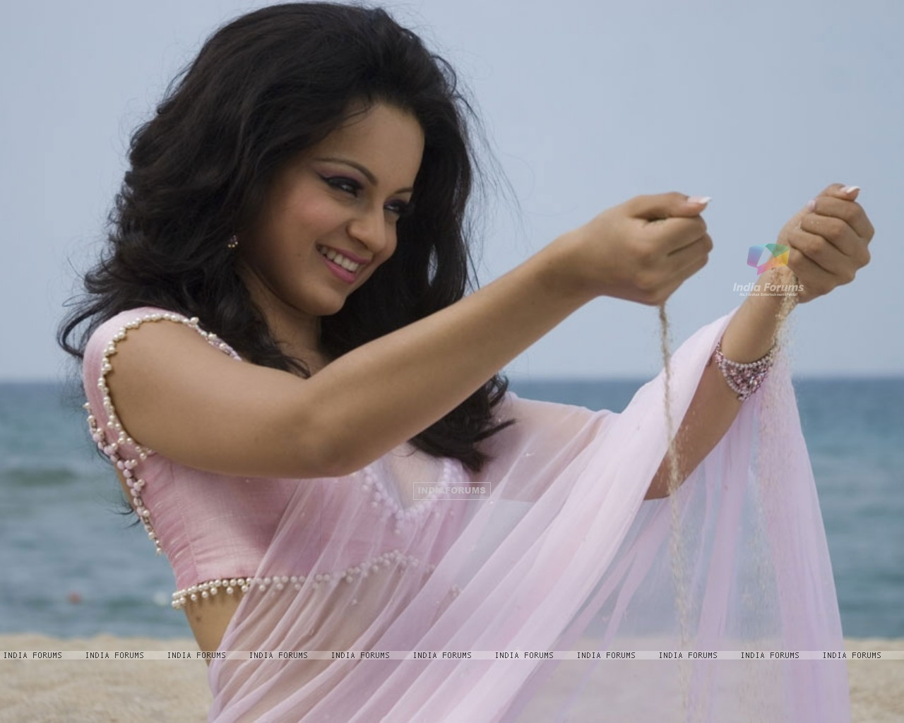 Kangna Ranaut looking marvellous in sari (31478) size:1280x1024