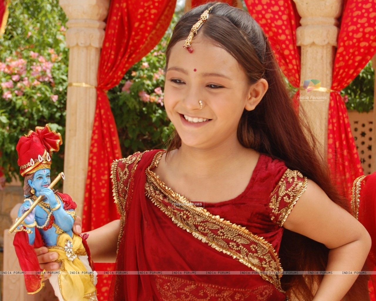Aashika as Meera with Krishna Idol (32205) size:1280x1024